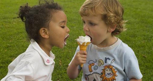 Crianças adquirem bactéria cariogênica dentro e fora da família