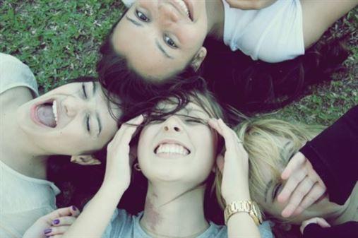 O segredo para conseguir boas amizades é sorrir, diz estudo
