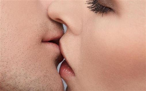 Apesar de raro, beijo também pode ser porta de entrada para a AIDS
