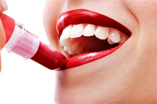 Dente manchado de batom pode indicar problemas na saliva