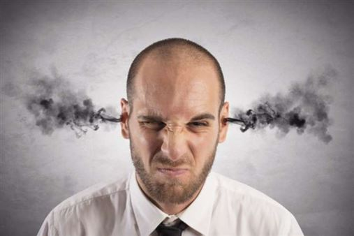 Estresse do trabalho causa afta, gengivite e bruxismo