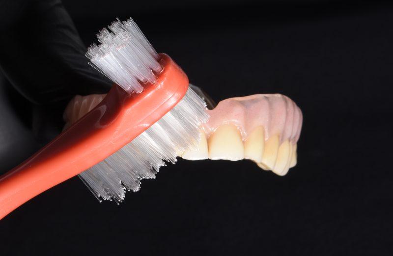 Columna de prótesis total – El cuidado higiénico paso a paso de los portadores de prótesis totales convencionales
